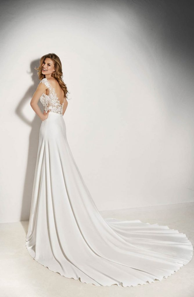 fc9869f4 8f26 48fb a6c6 afe30b7d567a 668x1024 - 17 Wedding Gowns Will Make You Get Lots Of Compliments And Feel Like A Princess